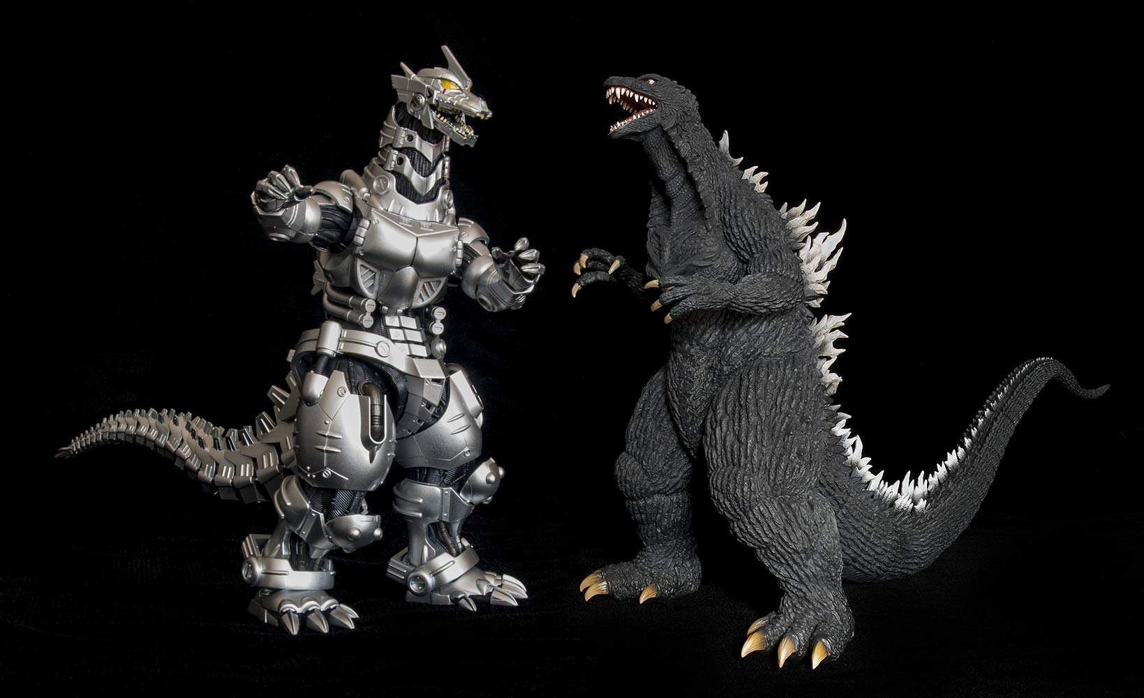 PHOTO: S.H. MonsterArts Kiryu vs. X-Plus Godzilla 2003