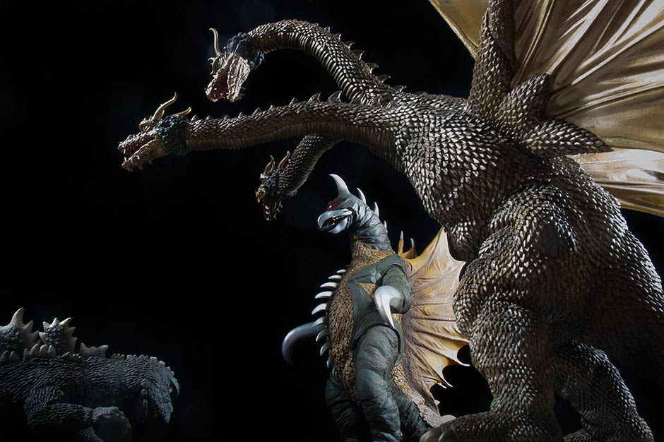 X-Plus vinyls of Godzilla, King Ghidorah and Gigan re-enact a scene from the movie.