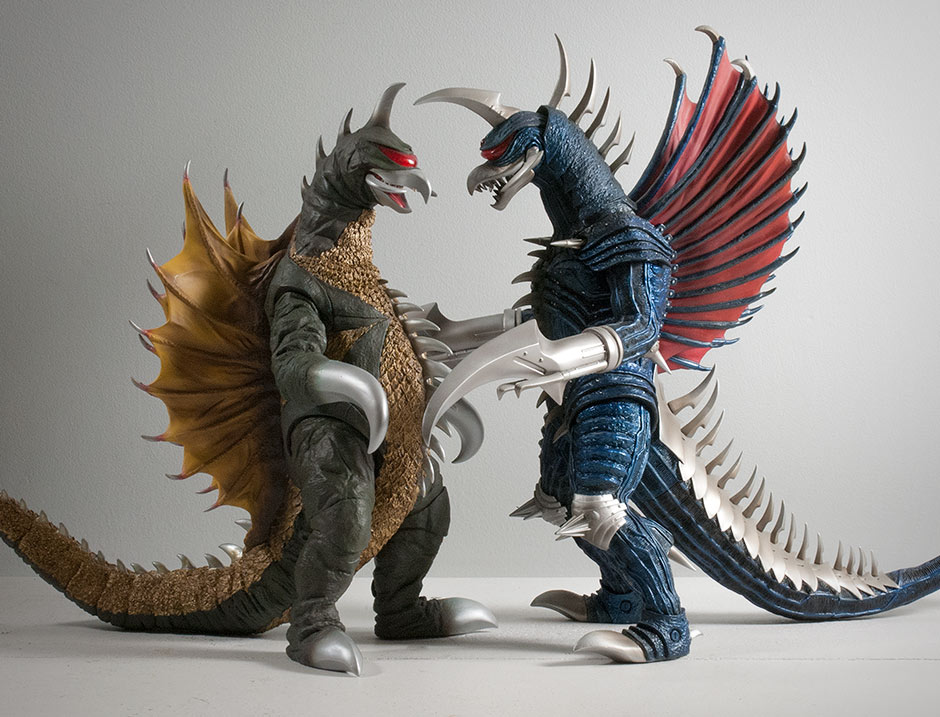 Size Comparison side view between 30cm Series Gigan 1972 and 2004.