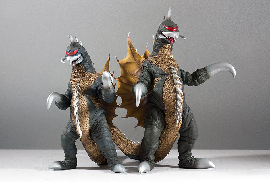 Size comparison between the 30cm Series Gigan 1972 and the 25cm Series.