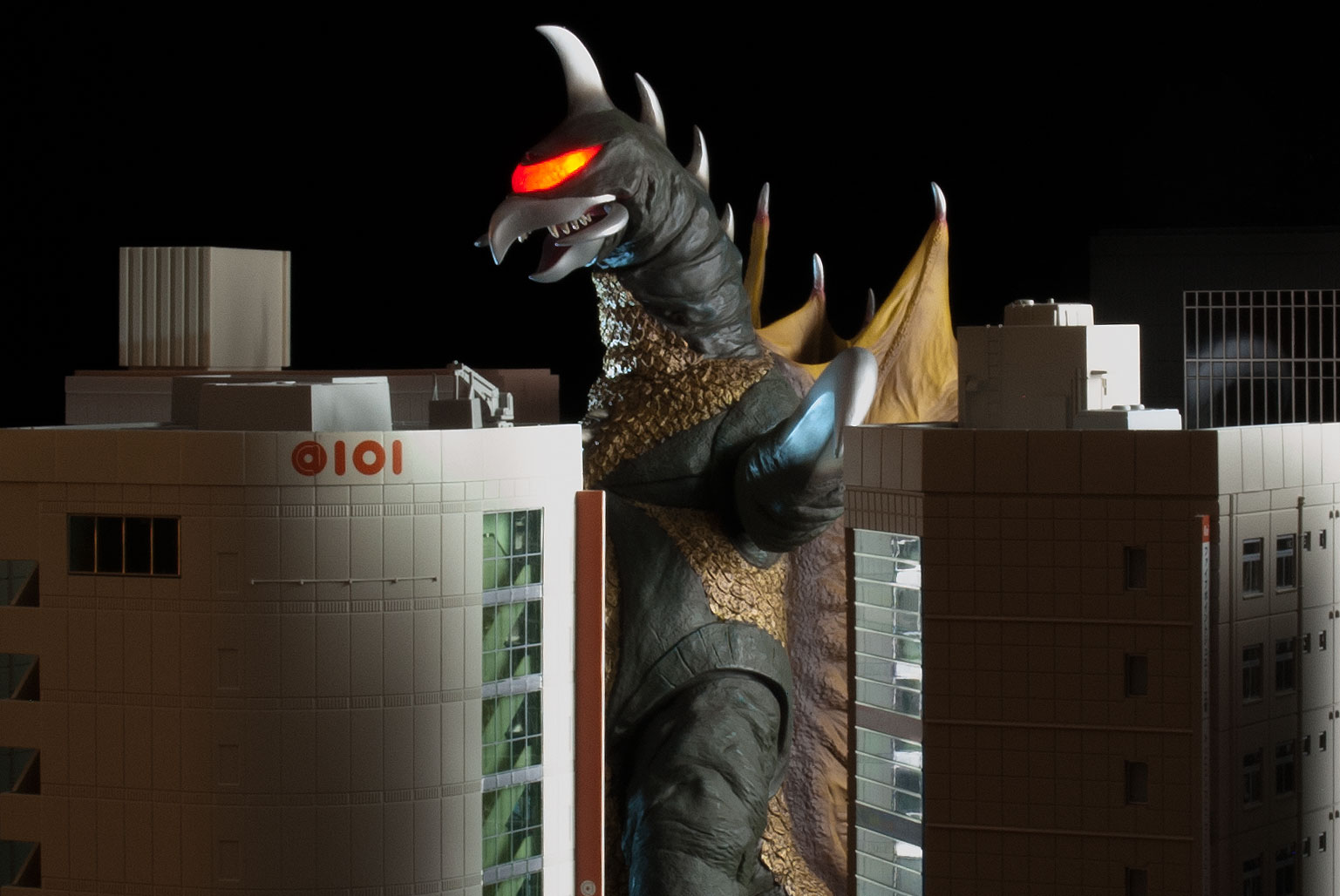 X-Plus 30cm Series Gigan 1972 vinyl figure with n scale buildings.