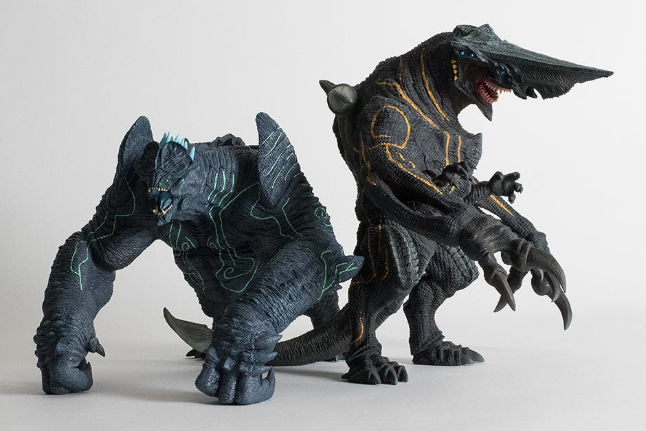 Size comparison with the Large Monster Series Pacific Rim Knifehead vinyl figure.