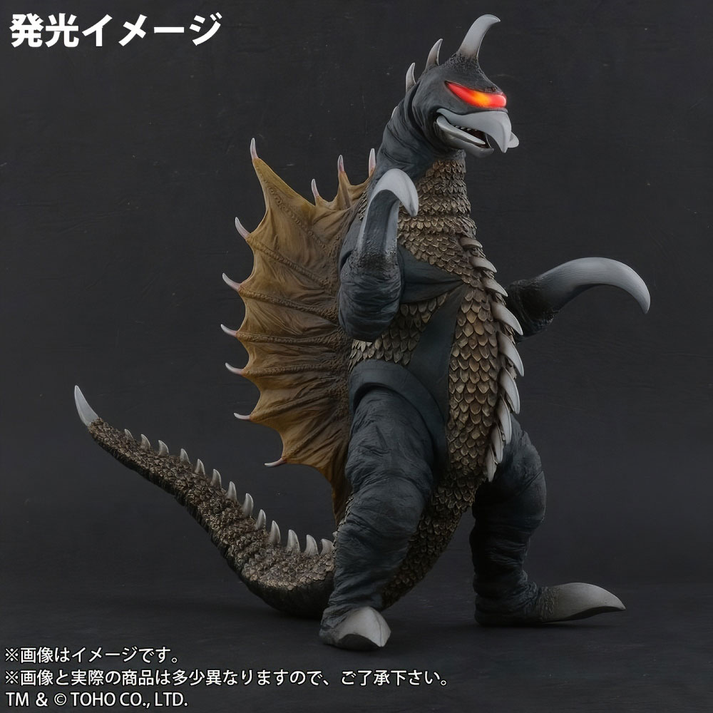 Light feature on Toho Large Monster Series Gigan (1972) Nighttime Lightup Version vinyl figure by X-Plus demonstrated.
